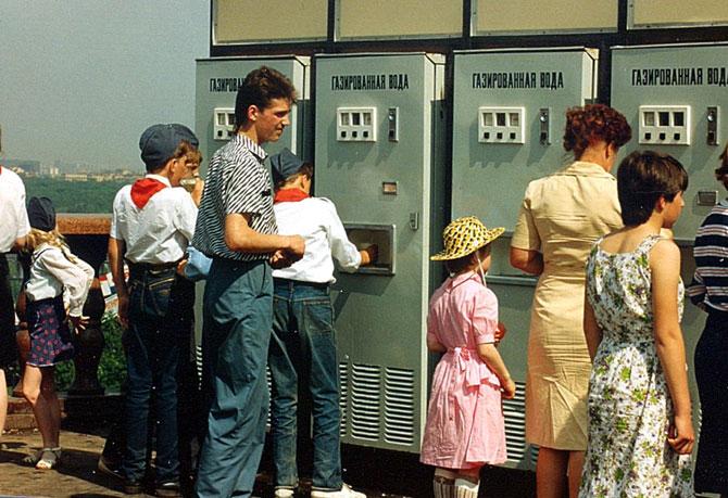 Очередь к автомату газированной воды